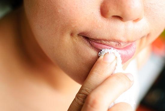 Tẩy tế bào chết cho môi bằng khăn mềm