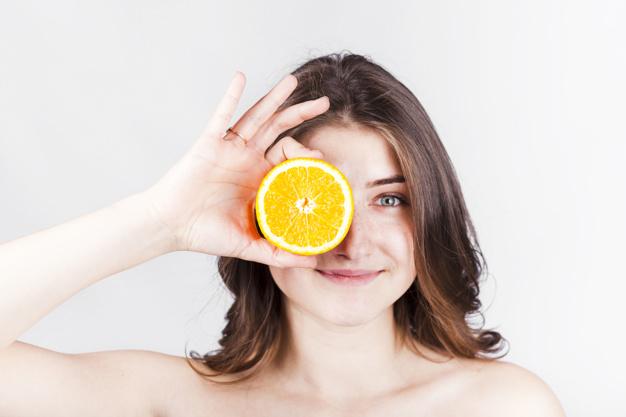 Tẩy da chết cho môi với cam hoặc chanh