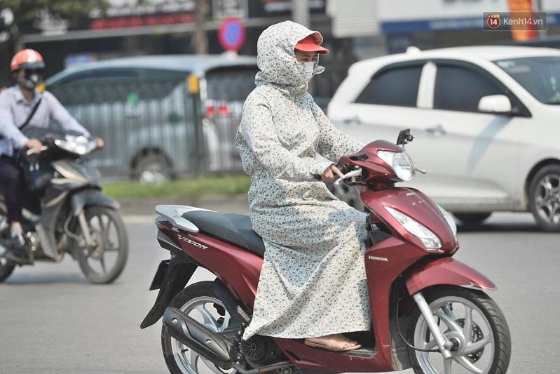 Phụ kiện: Áo chống nắng và kính mát
